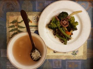 posilující nápoj z kuzu, ume a shoju, s rýží a dušenou zeleninou