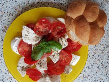 mozarella, rajčata, olivový olej, bazalka, sůl, houska
