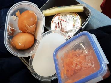 svačinka na cesty pro víc lidí - vařené vajíčko, valašská svačinka, parenica, mekvový slát a pečivo mimo záběr