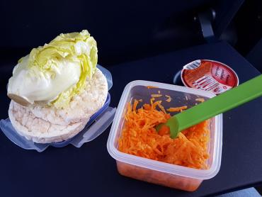 svačina na cesty - valašská svačinky, pufovaný jako chléb (běžně nepoužívám) salát, mrkvový salát s olivovým olejem a ume