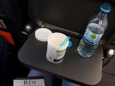 koktejl s pohankovým zajícem, mandlovým proteinem a vodou připravený na cestách