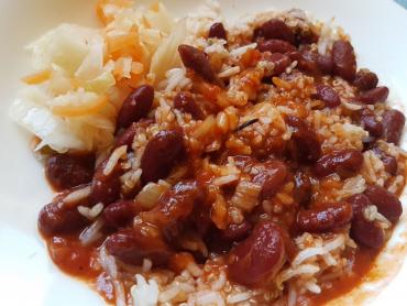 picles k teplému jídlu - fazolky v rajčatové omáčce s rýží