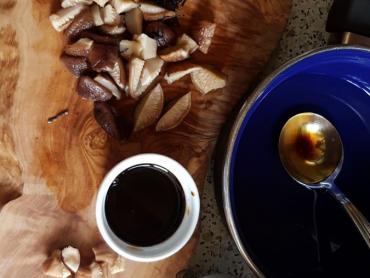 Suroviny na kondiment z řasy arame a houbiček shitake