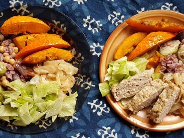 na nevegatariánském talíři je sekaná z krůtího masa, ječné vločky, zelenina a pečená dýně