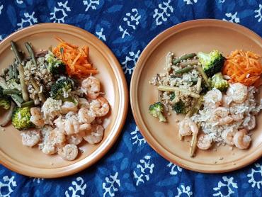 krevety, rýže s quinoou, dušená zelenina a mrkev