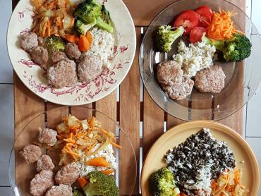 masové placičky z hovězího masa (na nevegetariánských talířích)