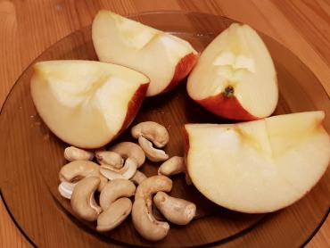 svačinka - jablko s kešu oříšky