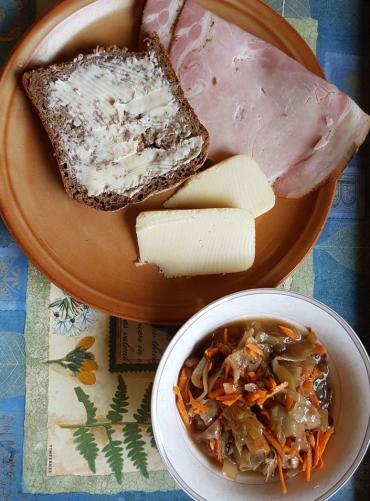 šunka, sýr, chléb s máslem, dušené zelí s umeoctem a trochou mrkve