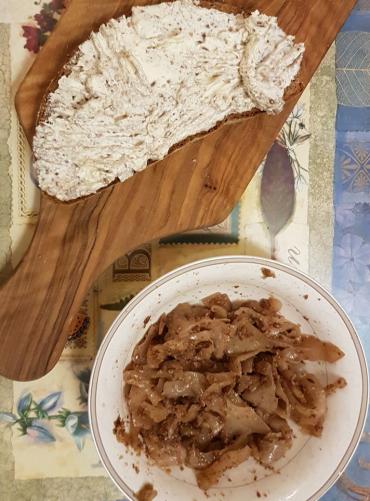 chléb s lučinou a drceným lněným semínkem, dušené zelí s umeoctem a drceným lněným semínkem