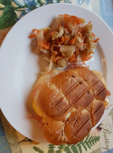 houska zapečená se sýrem a šunkou, domácí picles