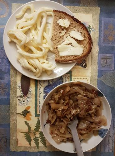 chléb s máslem, sýrové nitky, dušené zelí se lněným semínkem s umeoctem